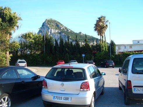 Unser Polo vor dem Felsen von Gibraltar