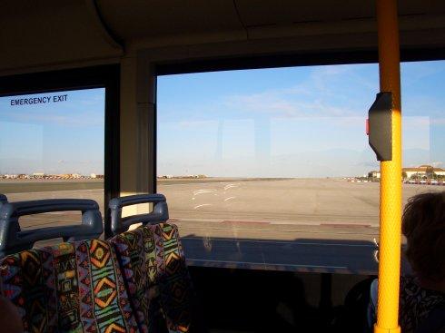 Kein Witz, wir fahren hier gerade über die Landebahn des Flughafens auf Gibraltar