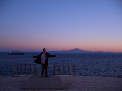 Ich, am südlichsten Punkt Europas mit der Straße von Gibraltar und Afrika im Hintergrund