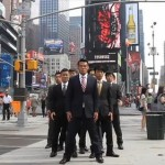 Im Zeitlupen-Roboter-Schritt durch New York – World Order