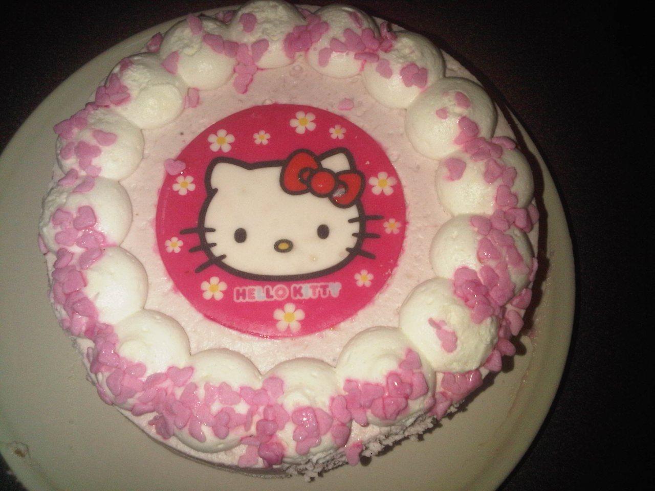 Hello Kitty Erdbeer-Sahne-Torte ausgepackt