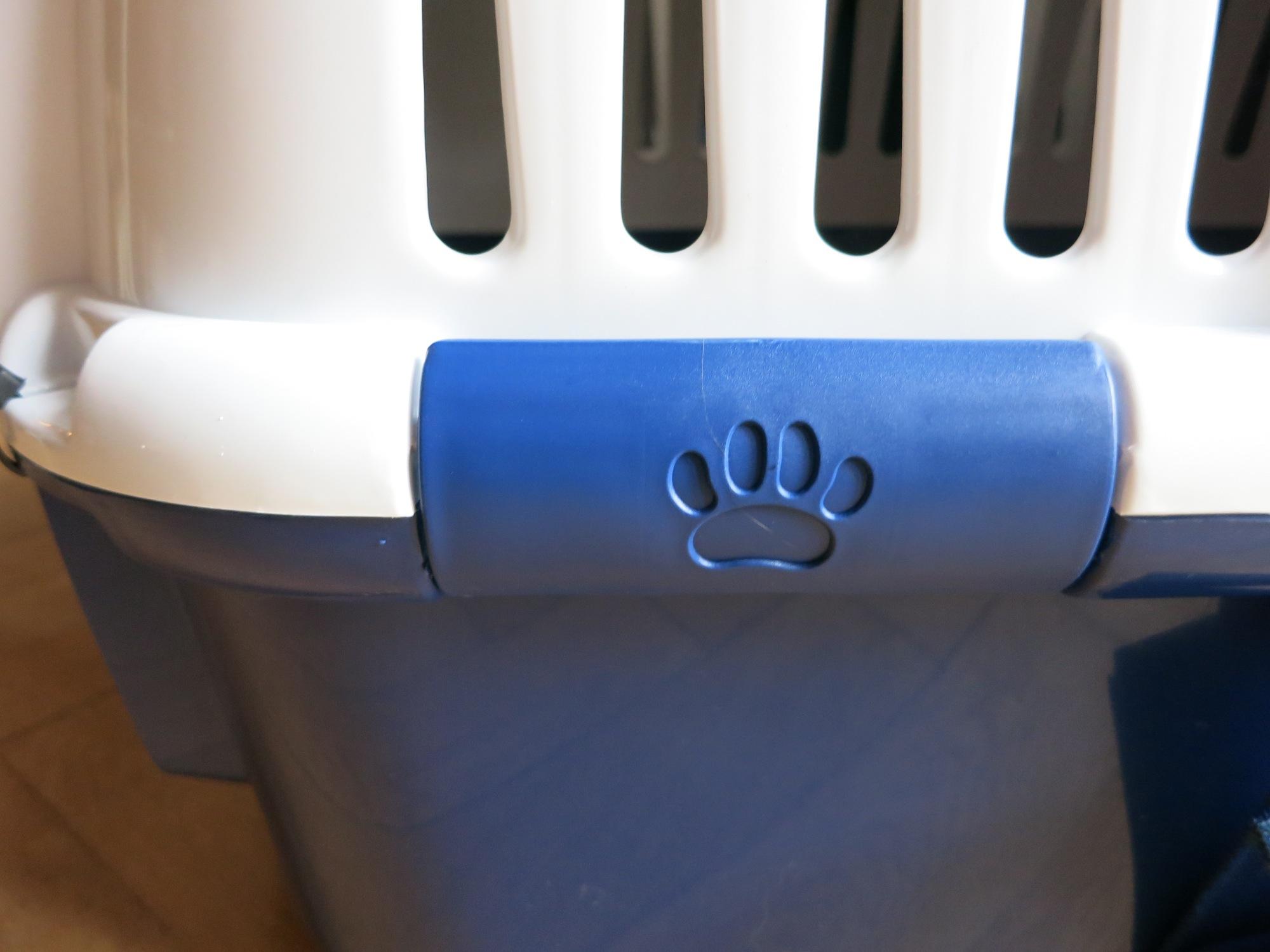 Die Katzentransportbox für Flüge sichern – @GillyBerlin