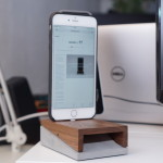 WoodUp mobi iPhone-Dock: Hingucker aus Walnussholz und Beton
