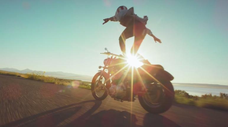 Auf Motorrädern surfen