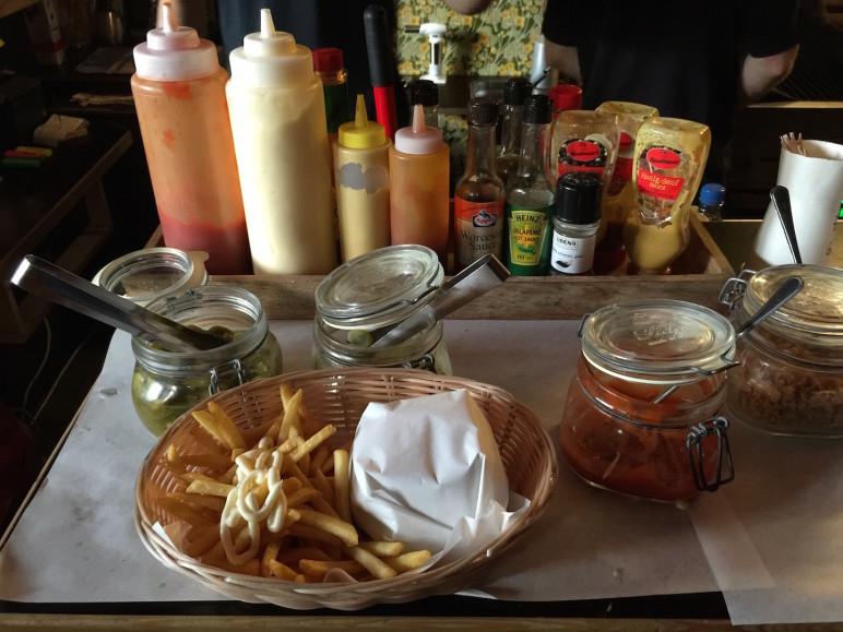 Gratis Zutaten für den Burger: Gurken, Japaenos und mehr