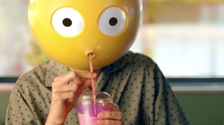 Emoji trinkt einen Softdrink bei McDonald's