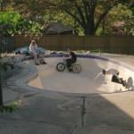 Erst kommt die Gartenarbeit, dann wird mit Skateboards der Pool unsicher gemacht