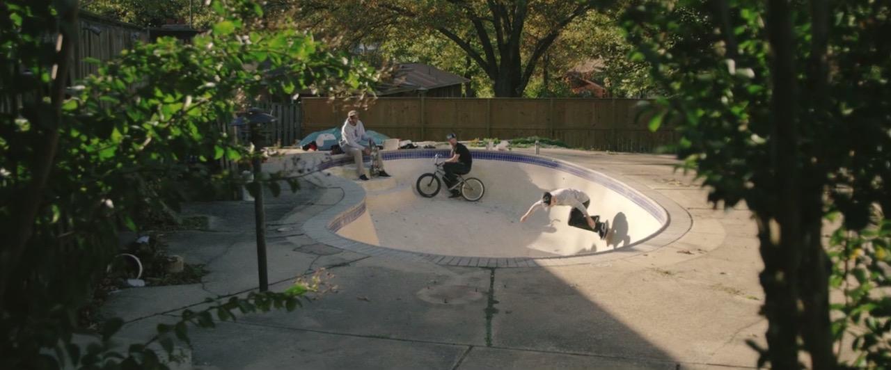 erst kommt die gartenarbeit dann wird mit skateboards der pool unsicher gemacht gillyberlin. Black Bedroom Furniture Sets. Home Design Ideas