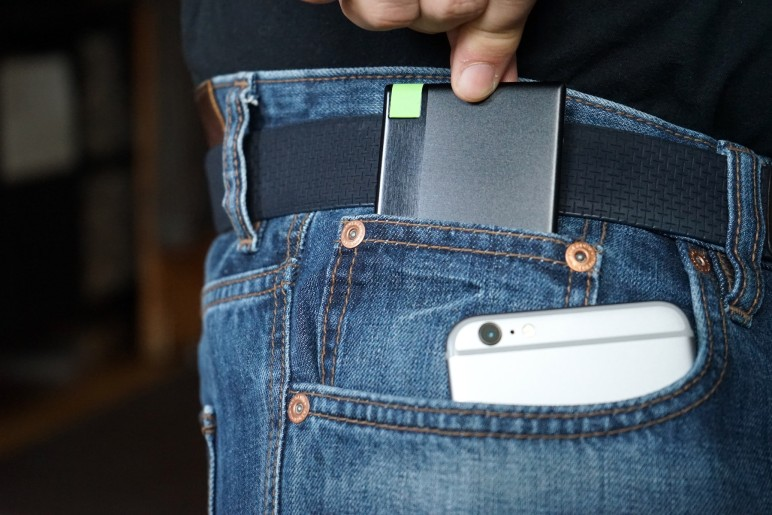 Leitz Complete Powerbank und iPhone in Jeans