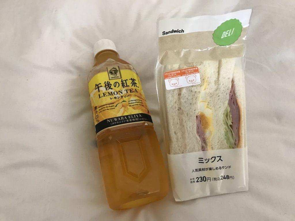 Typisches Frühstück: Lemon Tea und Sandwiches von Lawson (super lecker!)