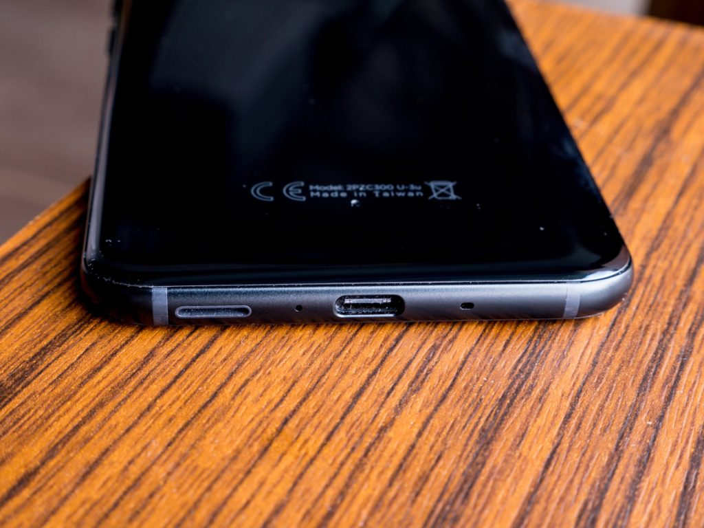 HTC U11 Unterseite mit Lautsprecher und USB-Typ-C-Anschluss