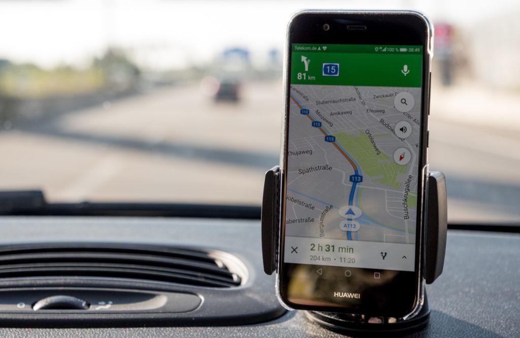 Huawei Nova 2 Smartphone in einer KFZ-Halterung